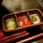 秋田比内地鶏生産責任者の店 本家あべや - ニンニク、紅ショウガ、柚子胡椒
