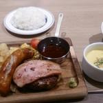 肉が旨いカフェ NICK STOCK 枚方店 - ハンバーグとソーセージセットにサラダセット