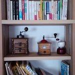 ヤマガラコーヒー - 本棚には遊び心がたっぷり
