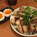 ラーメン神 - チャーシュー丼セットには煮卵付き!