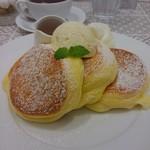 幸せのパンケーキ - □幸せのパンケーキ ホイップクリームをトッピング□を横から。