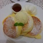幸せのパンケーキ - □幸せのパンケーキ 1100円(内税) /ホイップクリーム 100円(内税)□をアップで。