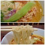 博多鶏ソバ 華味鳥 - *鶏そぼろもタップリ入りいい味わい。 *麺は茹ですぎかも。
