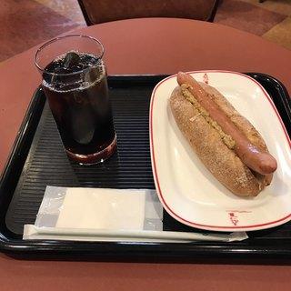 カフェ・ベローチェ 伊勢佐木町店 - 粗挽きオールポーク・ドッグとアイスコーヒー。 合計で税込550円。 旨し。