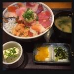 魚盛 - 名物海鮮丼 950円
