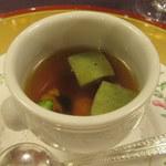 懐石フランス料理 グルマン橘 - よもぎ麩と鱧おとし入りコンソメスープ
