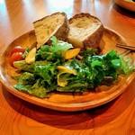 75441471 - ランチセットのパンとサラダ