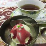 モナラ - 温かいセイロンティーとヨーグルトアイスのブルーベリーソースがけ。
