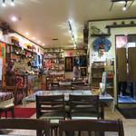 モナラ - 店内。スパイスやお茶、アクセサリー等の雑貨も販売されています。