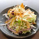 サベラ ティッカ ビリヤニ - 既にビリヤニは売り切れていたので、「バターチキンセット」1090円を注文。まずは、シャキシャキとした食感の生野菜たっぷりなサラダから食べていきます。