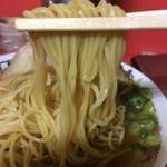 75447101 - 「特製大盛中華そば」麺リフト。麺は機械打ち角刃麺、中細ストレート麺で、茹で上げはやや柔らかめ。それでいてコシはしっかりしている。