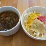 75448524 - ランチに付いてくるお代わりOKのキャベツと個性派の野菜ドレッシング、野菜ゴロゴロの根菜スープ