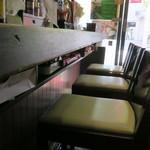 下町食堂 春屋 - カウンター席の様子