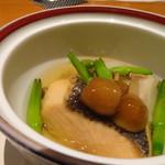 75449256 - ◆秋鮭と海老芋の炊き合わせ。金針菜添え。 お味がいいですね。 秋鮭も厚く切ってありますので旨みを感じますし、海老芋にもしっかりお味が浸み美味しい。