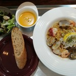 ミックス テイスト - あさりと海老、蛸のガーリックバター醤油パスタは、スープやサラダ・パン付きで税込み千円