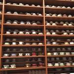 ホシヤマ珈琲店 - ズラリと並んだコーヒーカップ
