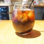 75458035 - 牛スジとたっぷり野菜のカレーライス 温泉卵添え 980円 のアイスコーヒー