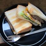 アサカフェ - ハンバーグと玉子のサンドイッチ:700円