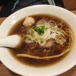 中華蕎麦 あお木 - しょうゆラーメン(平打ち縮れ麺)