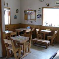 ミルクパレット - 店内に12席、外のお庭やデッキでもお召し上がりいただけるスペースがございます。