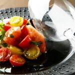 様々なトマトとモッツァレラチーズを使用したカプレーゼ