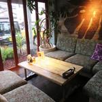 コナズ珈琲 - 今回はたまたまこんな素敵なソファースペースに案内されました。