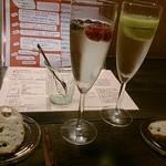 Kyoutodaina - フルーツ・スパークリングワイン(左が「ベリーベリー」、右が「キウイ」)