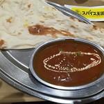 スパイス王国mini - 料理写真:はみ出しナン(画像からもはみ出してる!(T-T))4辛チキンカレー