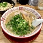 麺毅家 - 豚骨醤油ラーメン(ネギ多め)