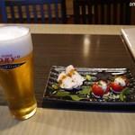 溶岩焼き×肉寿司 個室居酒屋 29house - まずは生ビールに前菜(お通し)