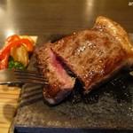 溶岩焼き×肉寿司 個室居酒屋 29house - 中はレアなので好みで余熱焼きを