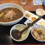 さかきばら - 料理写真:カレーうどんは温泉卵に炊き込みごはんと小鉢が付いて980円
