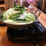 串かつ じゃんじゃん - 「新世界名物 牛もつ鍋」カセットコンロを用意してから、鍋が配膳となり、店員さんが火をつけてくれる。
