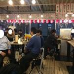 串かつ じゃんじゃん - 『串かつ じゃんじゃん 梅田東店』店舗内観「テーブル席」