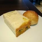 75511221 - ランチ:お替わり自由の美味しいパン