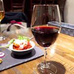 R - グラスワイン・赤「カザマッタ・ロッソ」(¥810)。甘過ぎず渋すぎず、バランスのとれた一杯