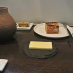 アキヒサ ハンダ - テーブルセットとパン、バター