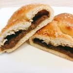 神戸屋フォーニル - コク旨ビーフ焼きカレーパン @227円 断面。マイルドなカレーパンなので、朝でもOK。