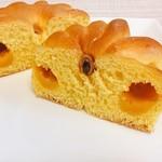 神戸屋フォーニル - えびすかぼちゃクリームパン @238円 断面。クリームの味はまさにかぼちゃ。甘くてほっこり!もっとたっぷりだと嬉しいんだけどな。