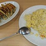 美珍楼 - 料理写真:カニチャーハン800円と、焼き餃子430円