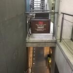 75528898 - 地下に行く階段
