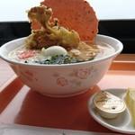 弥彦山ロープウェイ展望食堂 - 日本海夕日ラーメン。 窓の向こうは日本海、佐渡も望めます。