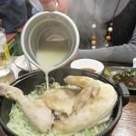 村崎炊鶏研究所 - 炊鳥は、すき焼き鍋にキャベツの千切り、その上に鳥ガラスープで蒸されたひな鳥が載った料理です。