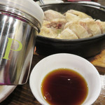 村崎炊鶏研究所 - 水炊きのようにポン酢で頂いたり、 カレーパウダーをかけたりして頂きます。