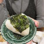 村崎炊鶏研究所 - ゴマ油と韓国海苔のおにぎり。