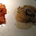 75537220 - パスタ2種類の盛り合わせ(秋鮭とほうれん草のクリームソース、パンチェッタと玉葱のアマトリチャーナ パプリカトマトソース)