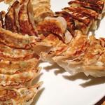 餃子の福包 - 大皿焼き餃子 30個 @1,300円 皮にもっちり感も備えた、つまみにいい餃子。