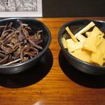 汁なし担々麺 階杉 - トッピングのキクラゲとメンマ