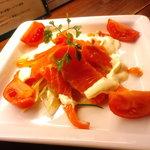 ビトレス - スモークサーモンとフルーツトマトのサラダ¥580