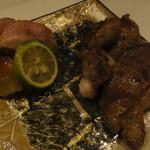 鶏割烹 ならや - 季節のコース5800円・④焼物3種・左大和肉鶏ソリレス・右手前倭鴨ロース・右奥倭鴨皮身